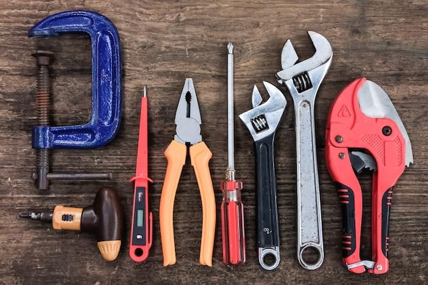 Stare narzędzia rzemieślnika na drewnianym stole
