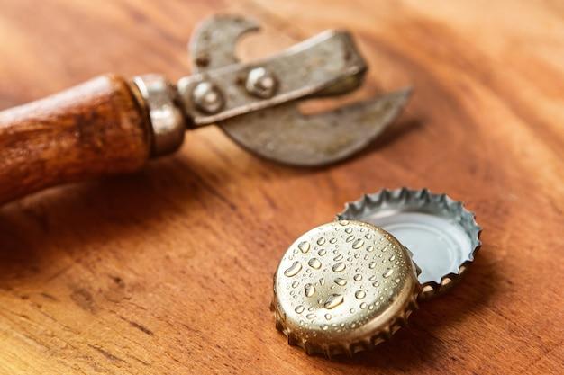 Stare narzędzie do otwierania i nakrętki do piwa