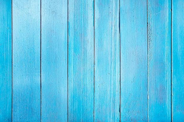 Stare niebieskie drewniane deski. pozioma tekstura desek umieszczonych pionowo. jednolity kolor ogrodzenia drewnianego.