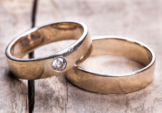 Stare obrączki ślubne na zalesionej desce