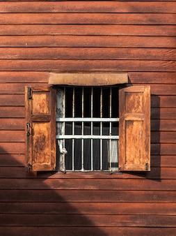 Stare okna na drewnianej ścianie