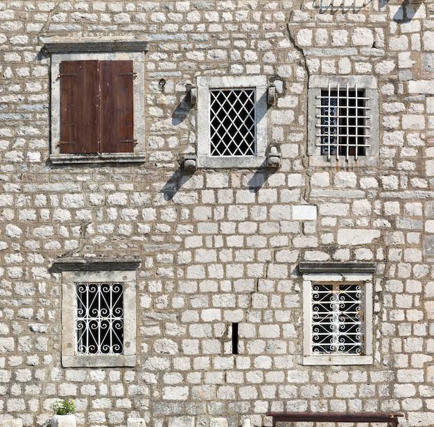 Stare okna w kamiennej ścianie