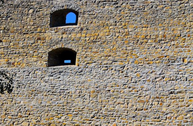 Stare okna w kamiennym murze zamku