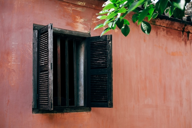 Stare okno i różowe ściany w hoi an, wietnam