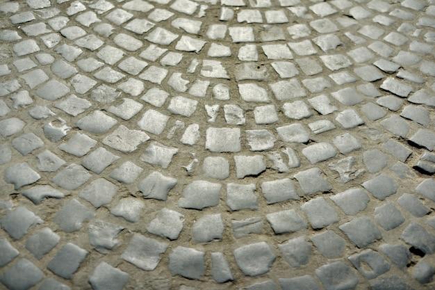 Stare okrągłe kostki brukowej z szarych kamieni