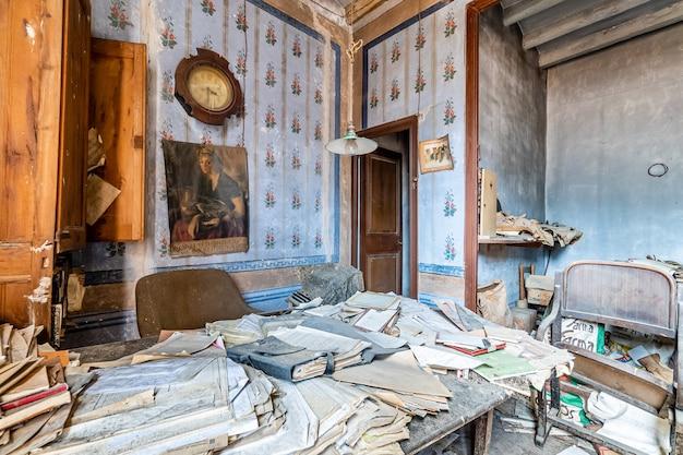Stare opuszczone biuro z wieloma dokumentami