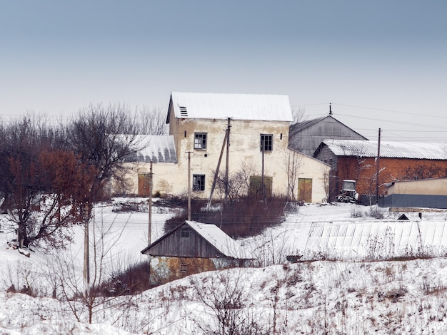 Stare opuszczone domy we wsi zimą