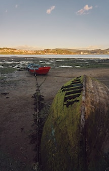Stare opuszczone łodzie rybackie na linii brzegowej