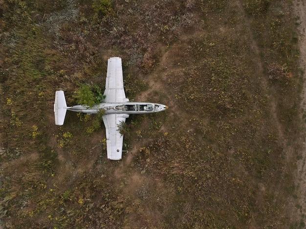 Stare opuszczone lotnisko z opuszczonym samolotem