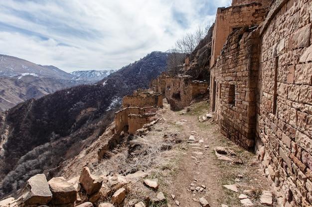 Stare opuszczone miasto gamsutl republika dagestanu, rosja. kaukaz