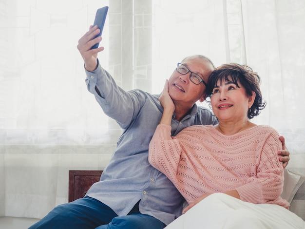 Stare pary robią zdjęcia razem