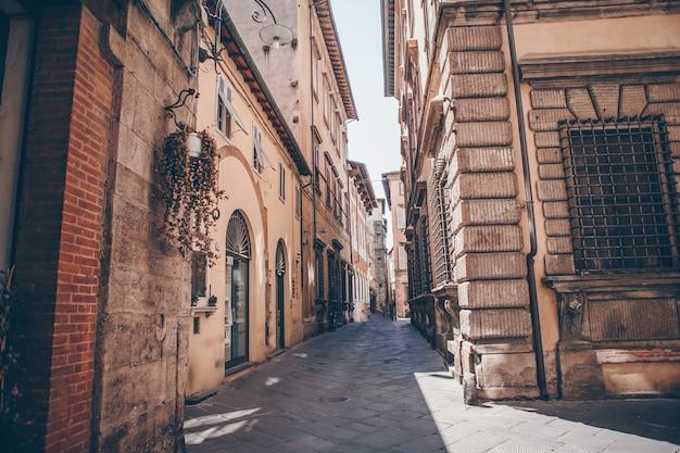 Stare piękne puste wąskie uliczki w małym mieście lucca we włoszech