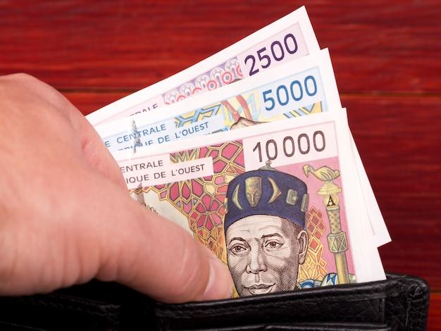 Stare pieniądze państw afryki zachodniej frank w czarnym portfelu