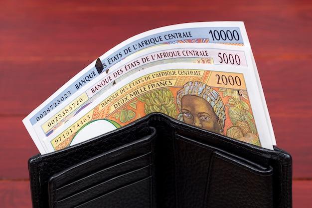 Stare pieniądze państw środkowoafrykańskich franki w czarnym portfelu