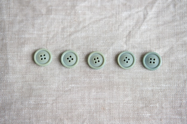 Stare plastikowe guziki w różnych kolorach na tle. zabarwienie