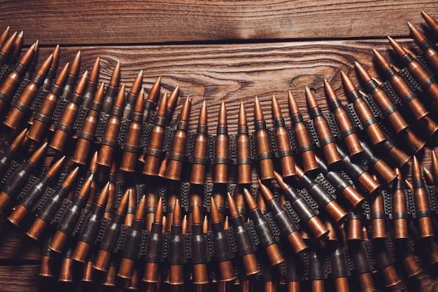 Stare pociski 7,62 mm na drewnianym stole, widok z góry