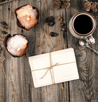 Stare pocztówki z papieru ropeed i kubek ceramiczny z czarną kawą