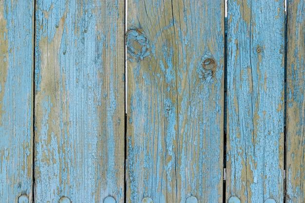 Stare podławe drewniane deski z krakingową błękitną kolor farbą, wiejski kraju tło