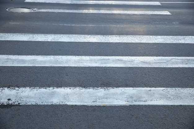 Stare przejście dla pieszych nad asfaltową drogą