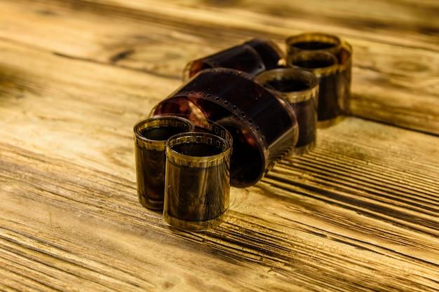 Stare przestarzałe filmy na rustykalnym drewnianym stole