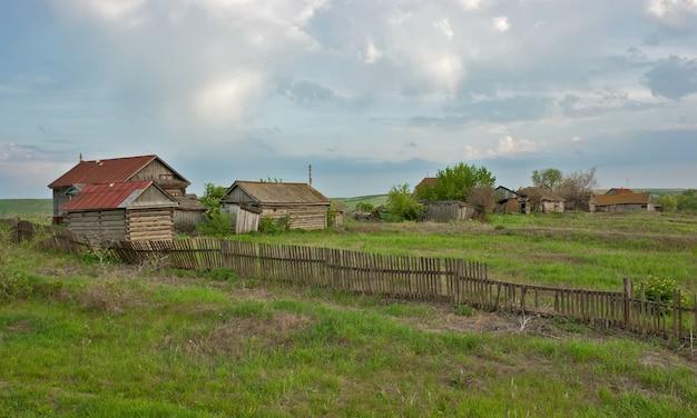 Stare ranczo na zielonym polu