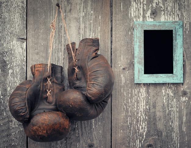 Stare rękawice bokserskie i ramka na zdjęcie