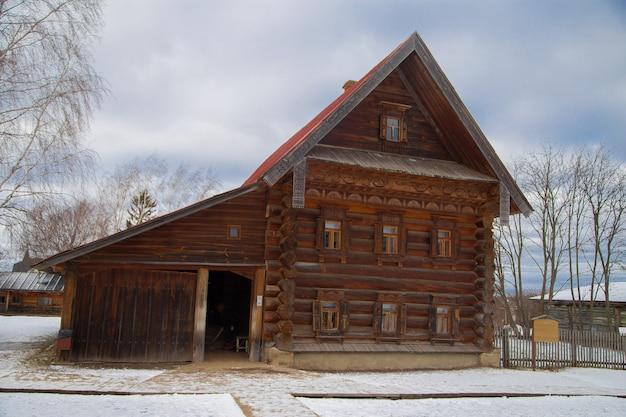 Stare rosyjskie dwupiętrowe drewniane domy w muzeum architektury drewnianej suzdal rosja
