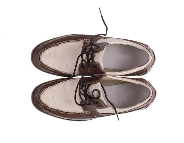 Stare skórzane buty męskie na białym tle widok z góry