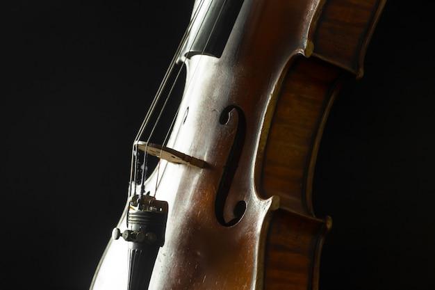 Stare skrzypce na czarnym tle