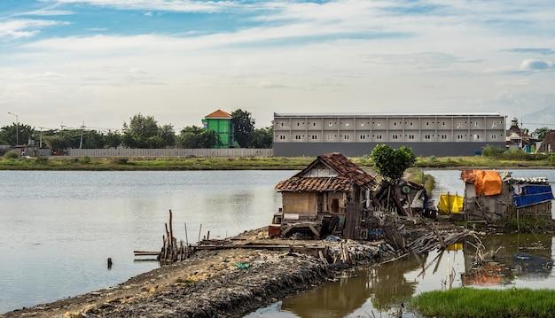 Stare slumsy nad jeziorem