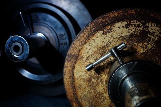 Stare sportowe żelazne naleśniki na siłowni.