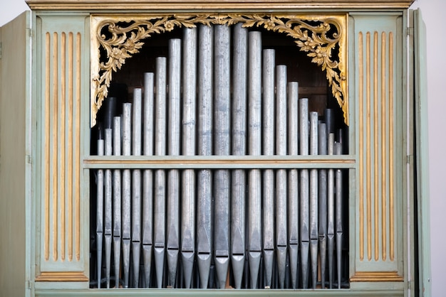 Stare, srebrne piszczałki organowe w kościele używanym do grania muzyki sakralnej.