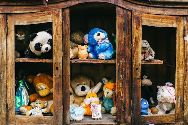 Stare stare zabawki. niepotrzebne, porzucone, porzucone puszyste pluszowe zabawki. miejsce zaginionych bohaterów baśni.