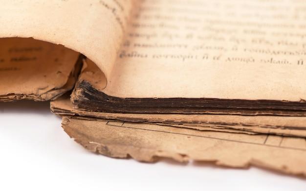 Stare strony książki z cieniem. ze ścieżką przycinającą.