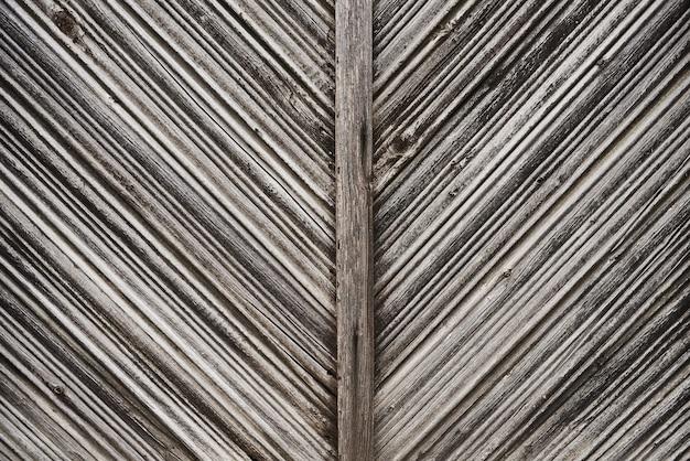 Stare szare deski ułożone w teksturę tła w jodełkę