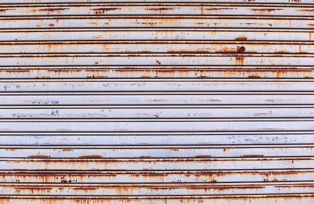 Stare szczegółowe wieku vintage zardzewiały teksturowane drzwi rolowane ze stopu cynku