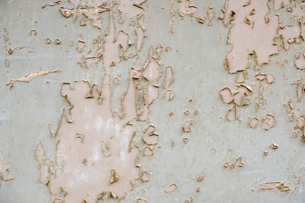 Stare tabliczki pomalowane brązową matową farbą z widoczną strukturą drewna. stary zepsuty parkiet. drewniana podłoga z peelingiem z bliska farby.