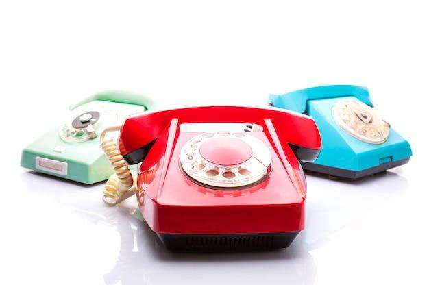 Stare telefony na białym tle