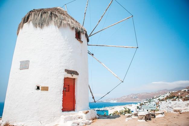 Stare tradycyjne greckie wiatraki na wyspie mykonos o wschodzie słońca, cyklady, grecja