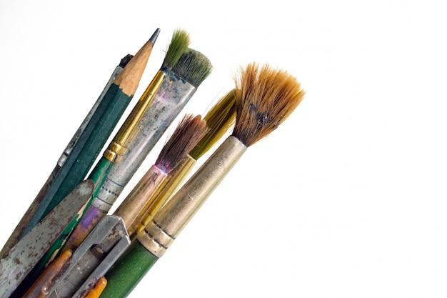 Stare używane pędzle. używać brudni farb muśnięcia na białym tle