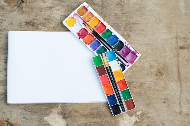 Stare używane pudełko farby akwarelowe na drewnianym stole