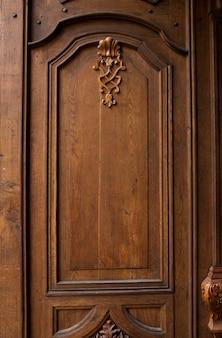 Stare zabytkowe drzwi z pięknym wzorem