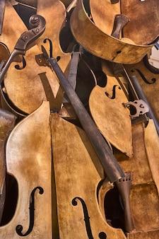 Stare zabytkowe skrzypce są teraz rozbierane na kawałki i pakowane w unikalny stos.