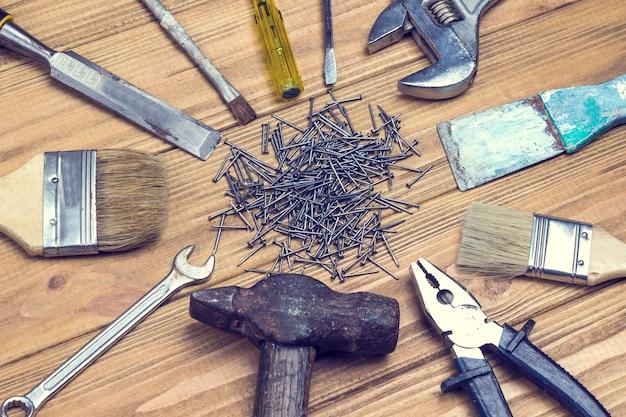 Stare, zakurzone narzędzia domowe do prac naprawczych.
