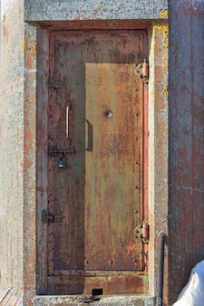 Stare zardzewiałe drzwi latarni morskiej drzwi z kłódką