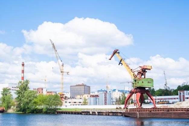 Stare zardzewiałe dźwigi portowe w strefie przemysłowej