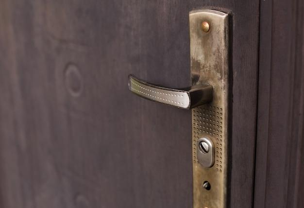 Stare zardzewiałe metalowe drzwi z zamkiem. strzał zbliżeniowy