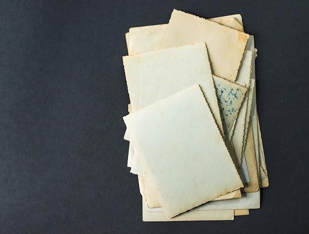 Stare zdjęcia leżą na grubym stole, vintage