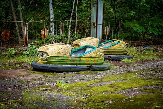 Stare zepsute samochody elektryczne dla dzieci w parku rozrywki, parku rekreacyjnym w mieście prypeć. strefa wyłączenia elektrowni jądrowej w czarnobylu