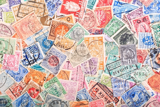 Stare znaczki pocztowe z różnych krajów jako tło